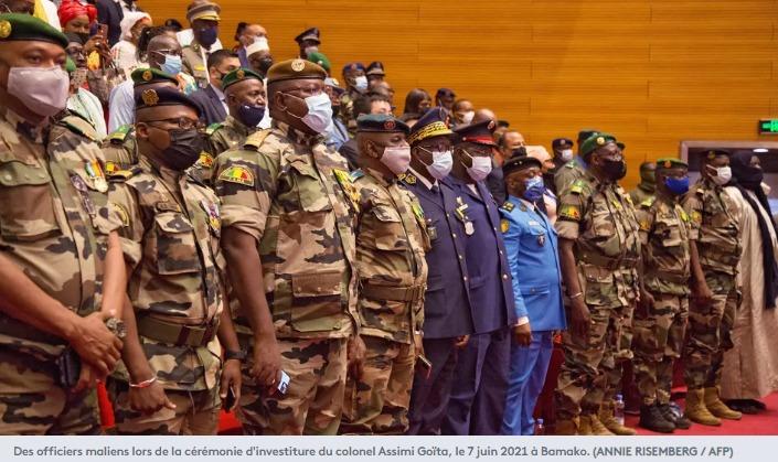 Des officiers maliens lors de la cérémonie d'investiture du colonel Assimi Goïta