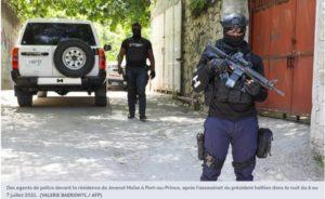 Des agents de police devant la résidence de Jovenel Moïse à Port-au-Prince