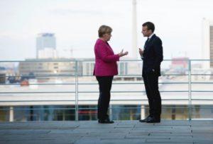 La chancelière allemande Angela Merkel s'entretient avec le président français